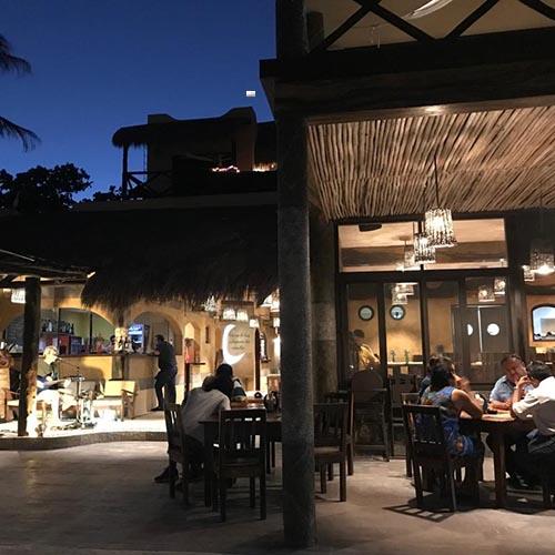 Luna de Plata restaurante en la noche